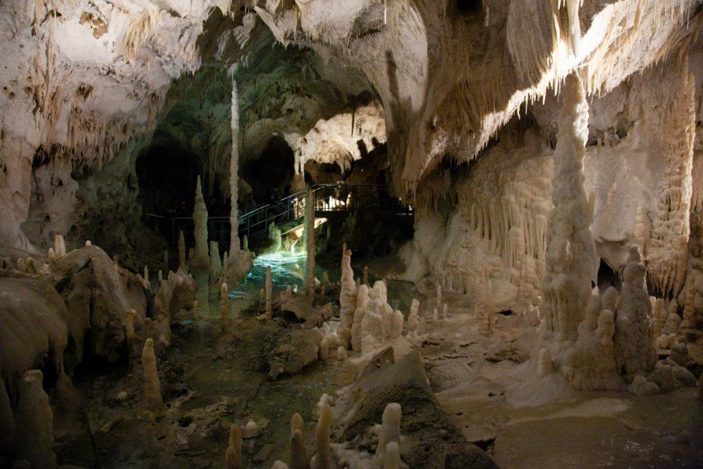 Laghetti e stalagtiti dentro alla sala infinito