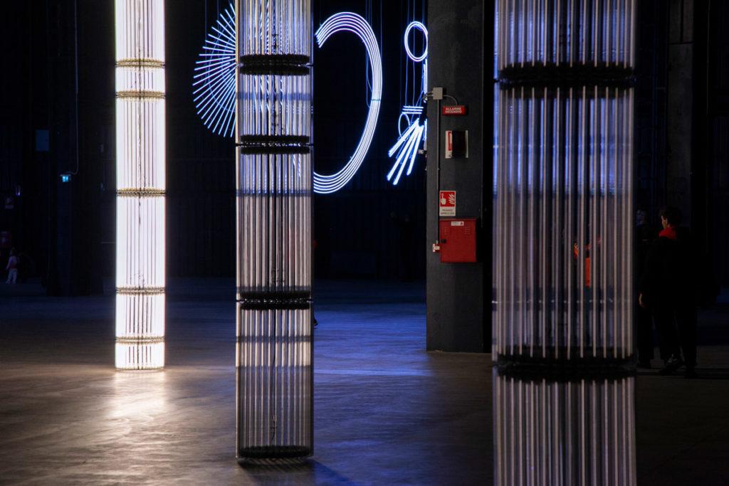 Le colonne di luce di StarStarStar/Steer (totransversephoton) - Mostra illuminazione ad Hangar Bicocca