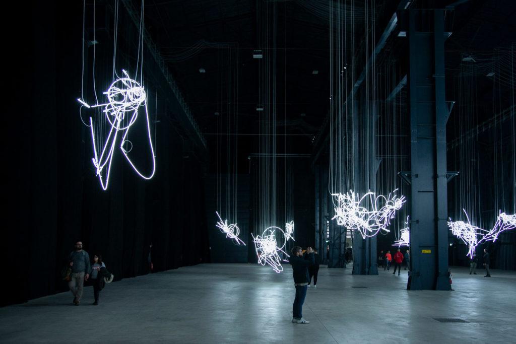 Le sculture luminose di Neon Forms di Cerith Wyn Evans