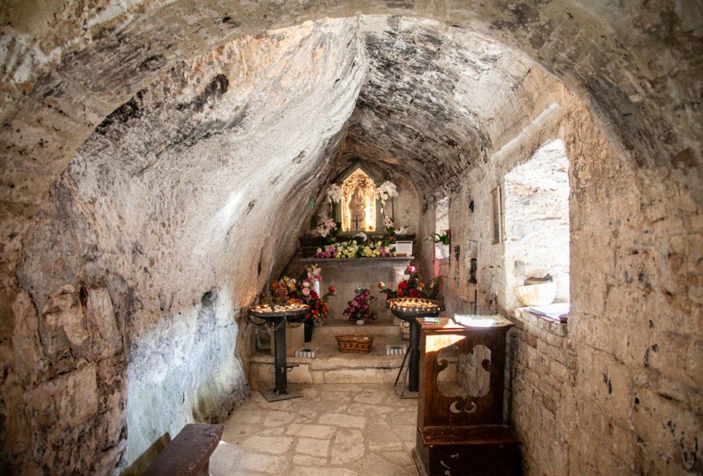 Madonna in pietra dentro alla chiesa di Santa Maria Infra Saxa