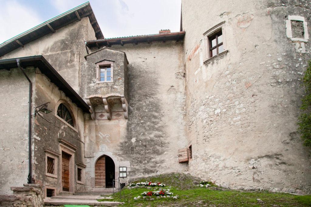 Mastio e ingresso al ristorante di Castel Toblino