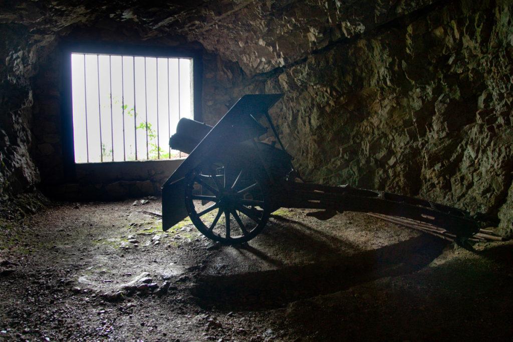 Mitraglia della prima guerra mondiale dentro alle grotte