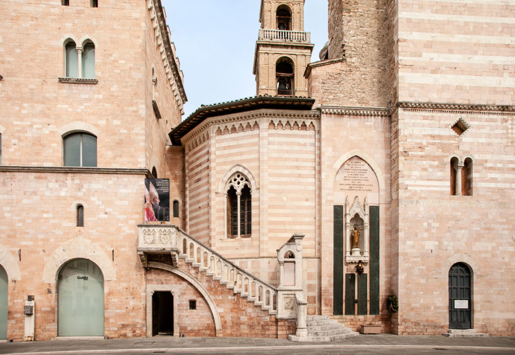 Monumento ai Caduti delle due guerre affiancato al duomo di Foligno