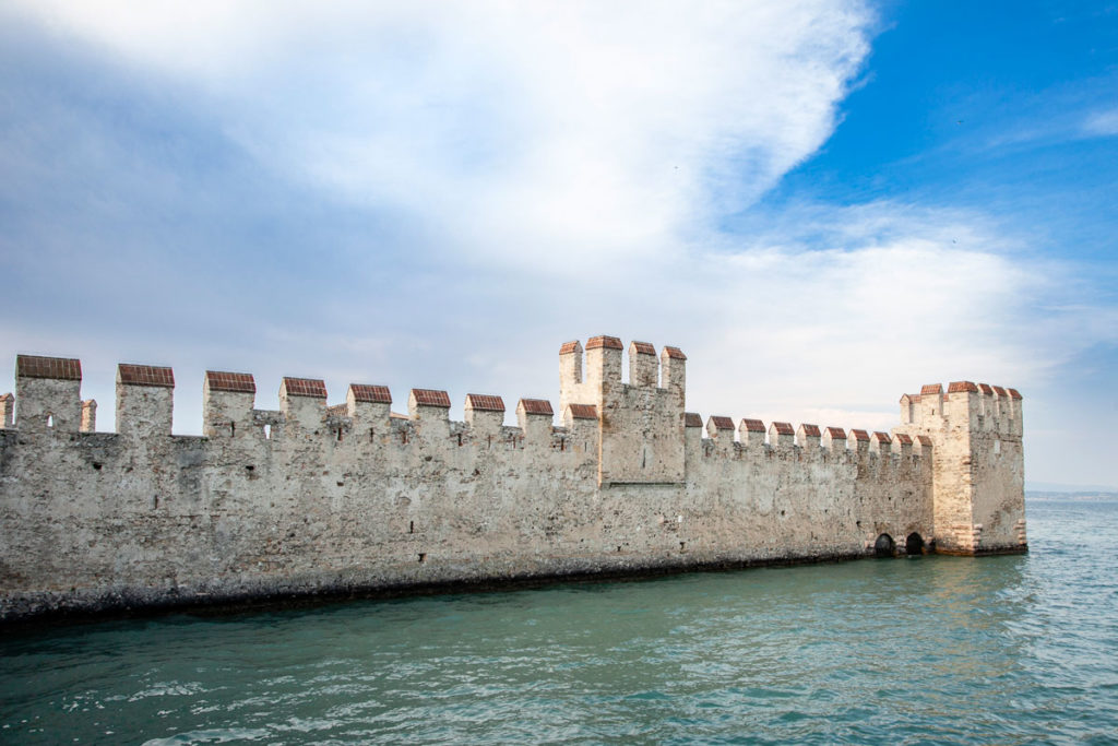 Mura che si allungano sul lago di Garda del castello Scaligero
