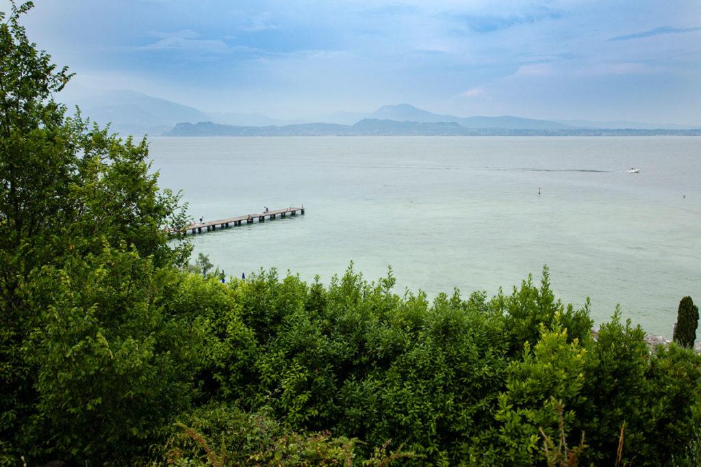 Natura e molo sul lago di Garda - Cosa vedere a Sirmione