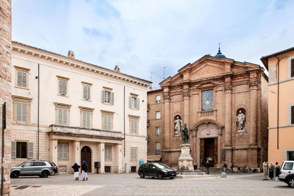 Palazzo Frenfanelli-Cibo-Sorbi e Facciata della chiesa Conventuale di Sant'Agostino