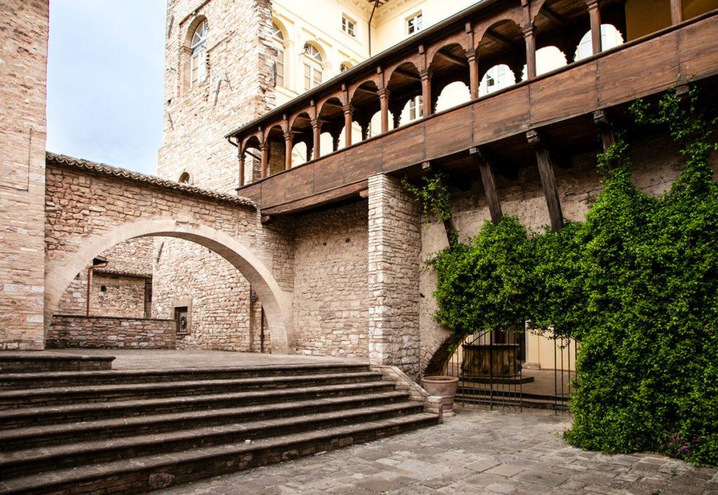 Palazzo Urbani Acuti o Palazzo Cruciani - Loggiato in legno ed arco - Cosa vedere a Spello