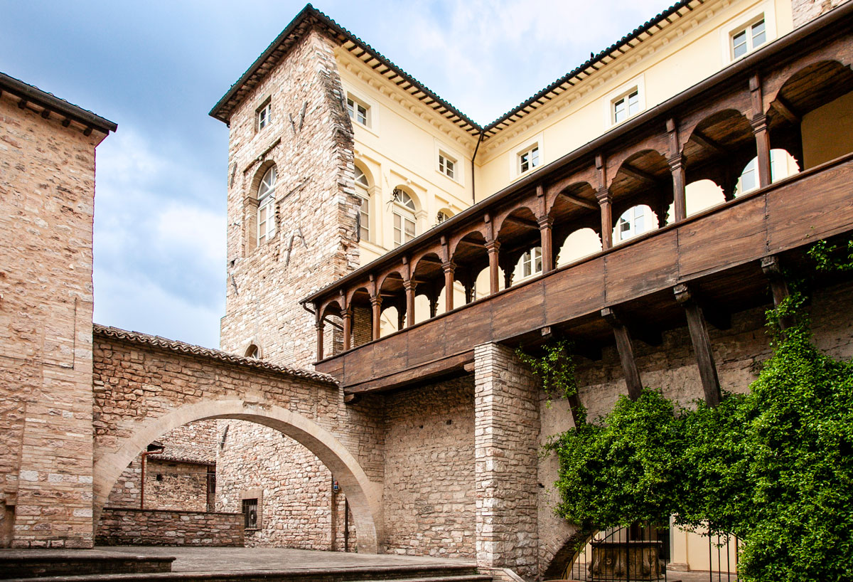 Palazzo Urbani Acuti o Palazzo Cruciani e loggiato in legno
