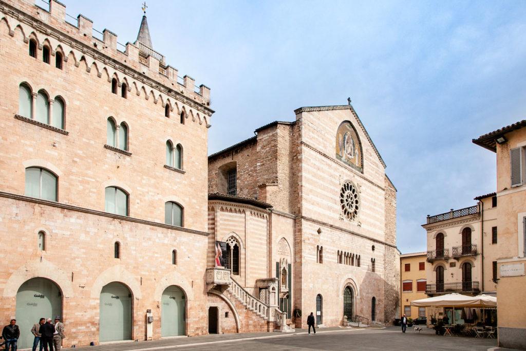 Palazzo dei Canonici e Facciata Principale del Duomo di Foligno