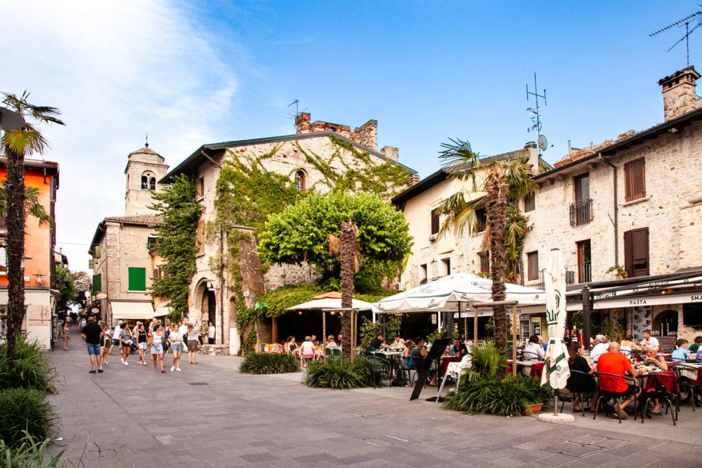 Palazzo storico della galleria civica Dante Alighieri in piazza Flaminia a Sirmione