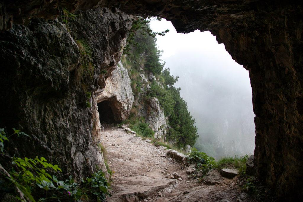 Passaggio tra le Grotte della Strada delle 52 Gallerie