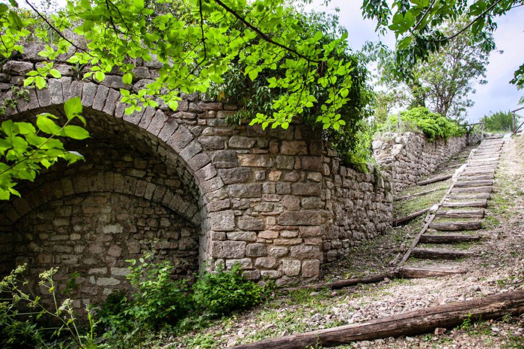 Passeggiata lungo le vecchie mura cittadine di Spello