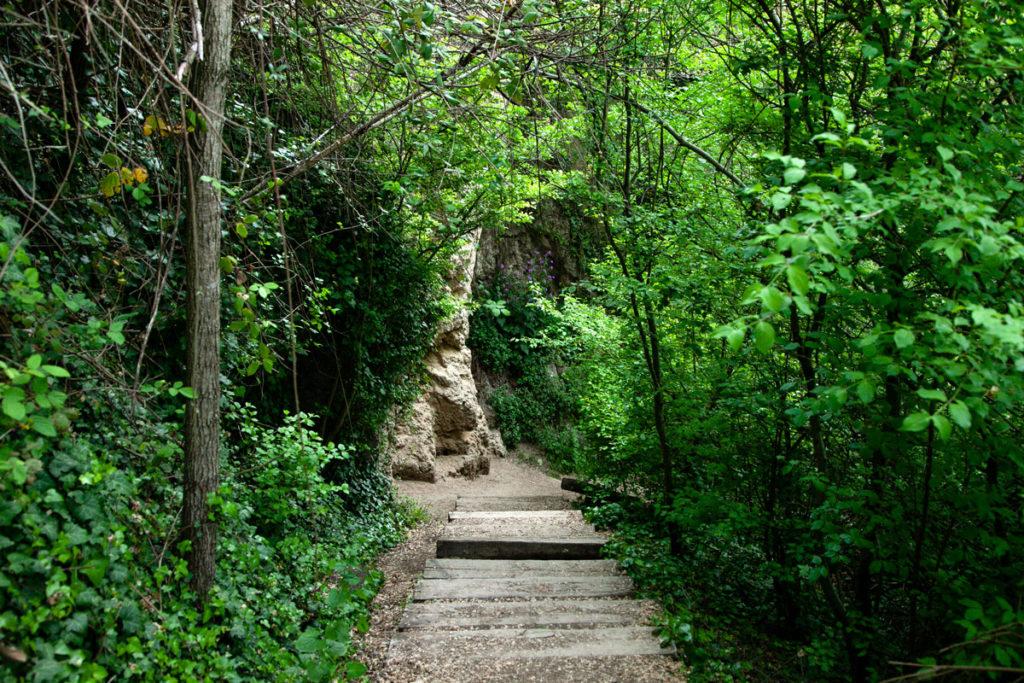 Passeggiata tra gli scalini e il verde delle Cascate del Menotre - Umbria