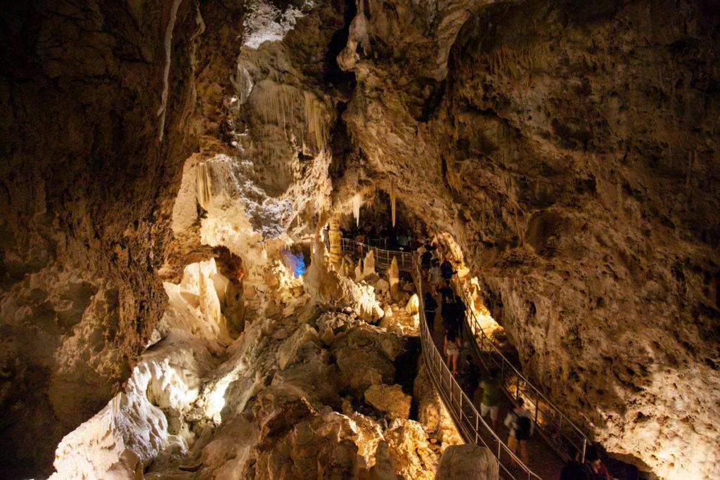 Passerella dentro alle grotte di Frasassi - Visita Turistica