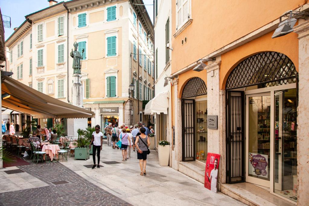 Piazza Angelo Zanelli e statua di San Carlo