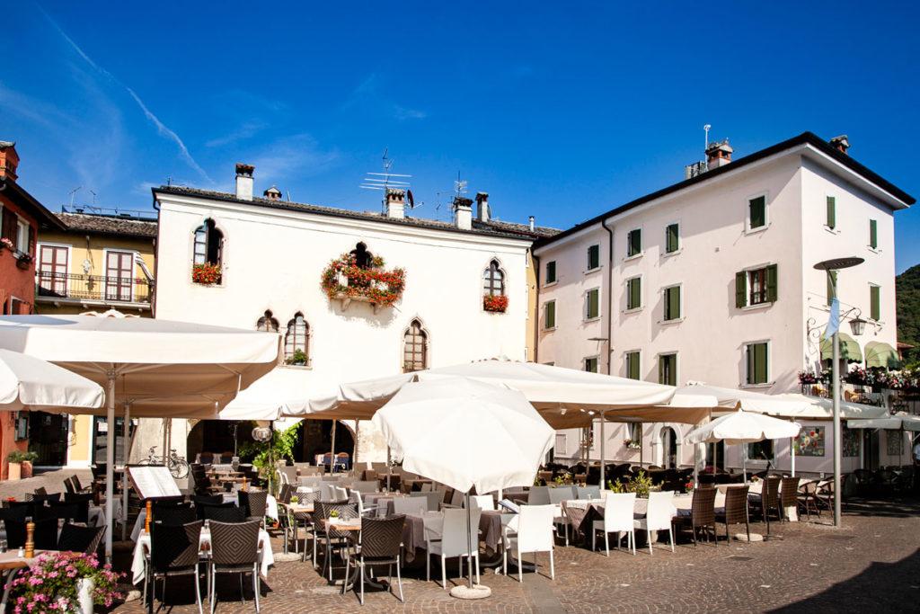 Piazza Catullo e palazzo dei Capitani - Cosa Vedere a Garda