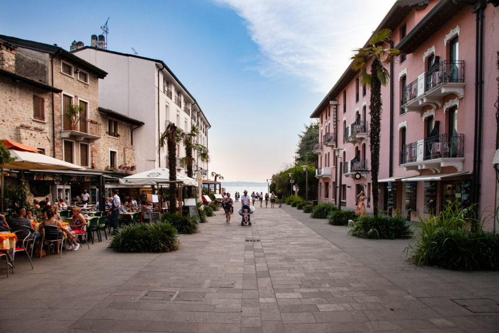 Piazza Flaminia di Sirmione - Vista verso il lago