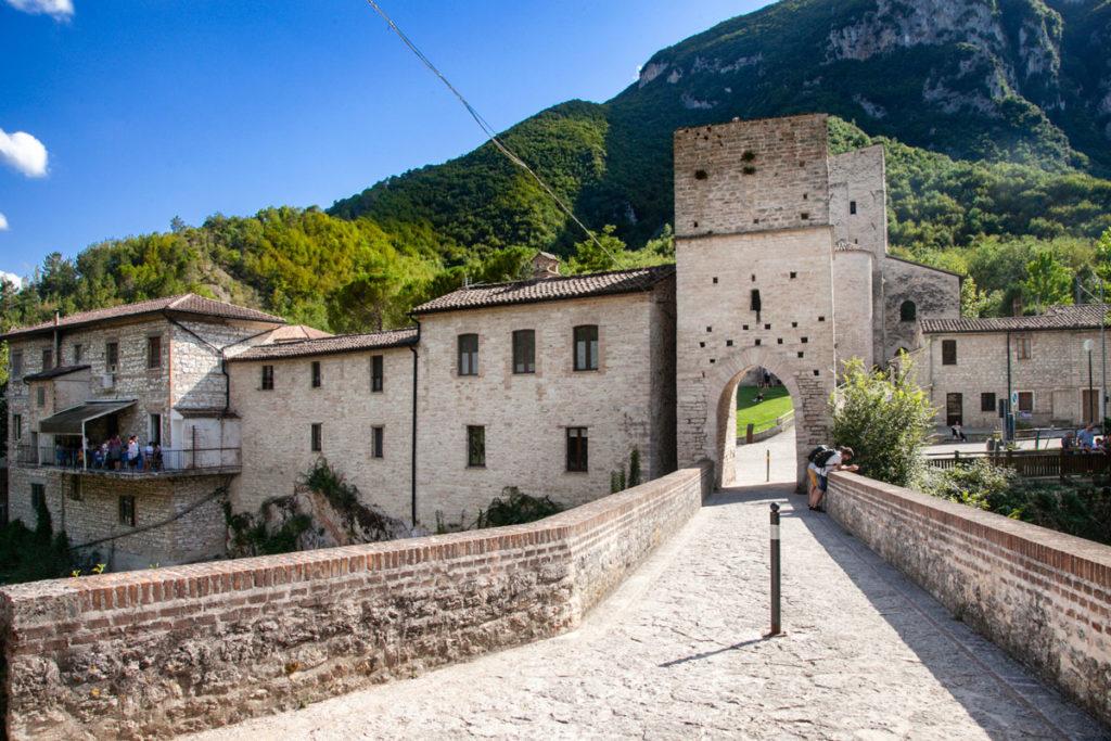 Ponte Romano e Torre Medievale - San Vittore vicino a Frasassi