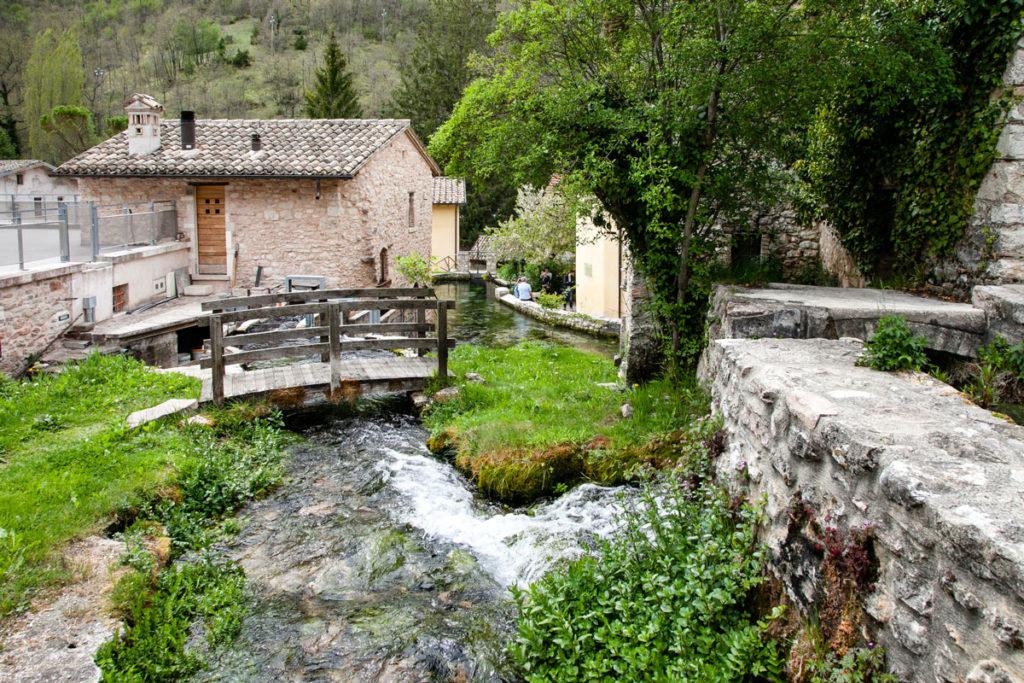 Ponti in legno - mura e case in pietra - fiumiciattoli - Cosa vedere a Rasiglia