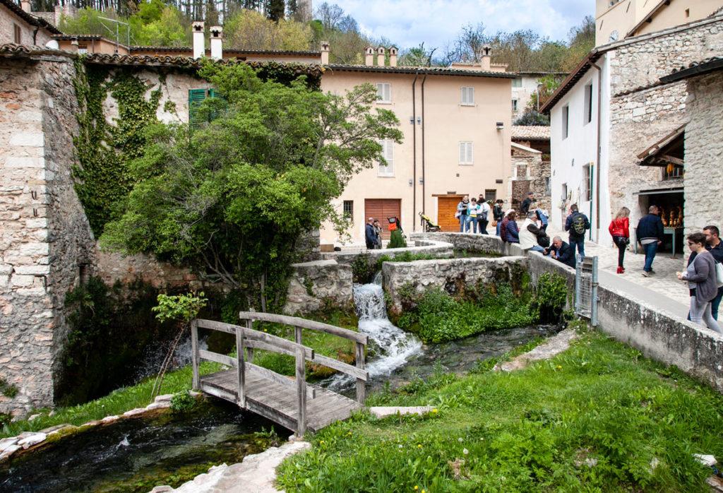 Ponticciolo e acqua nel centro storico del borgo di Rasiglia
