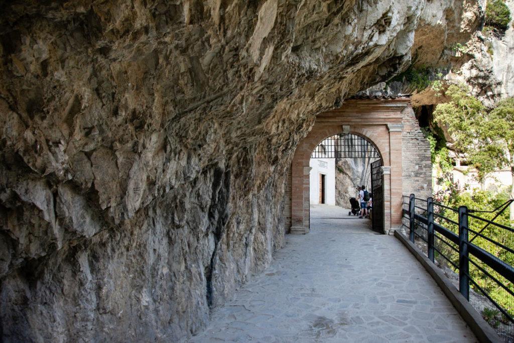 Porta di ingresso al tempio del Valadier tra le rocce