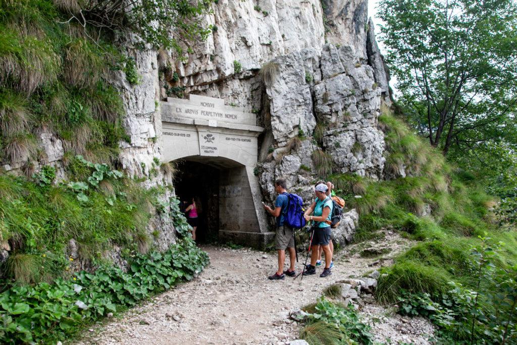 Porta di ingresso alla prima grotta della Strada delle 52 gallerie