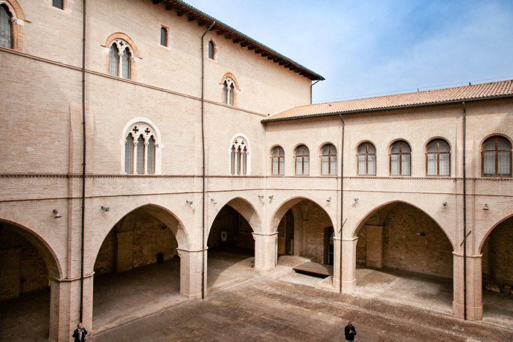 Porticati del cortile di Palazzo Trinci