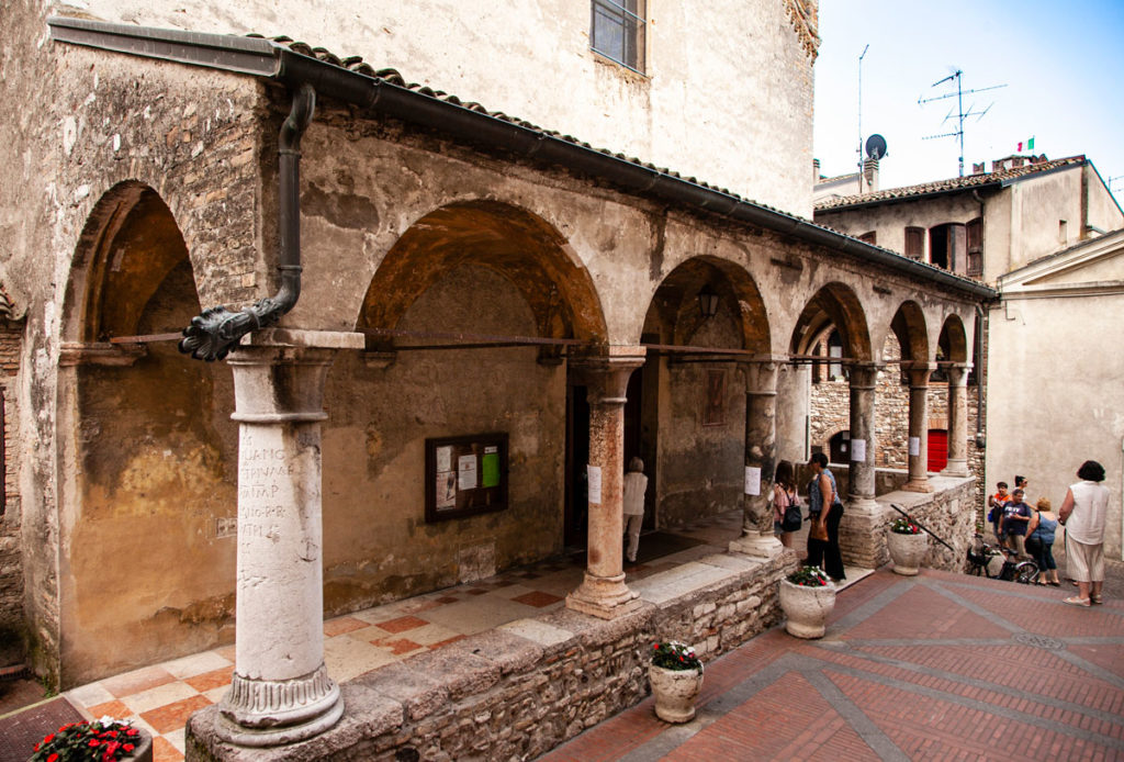 Porticato di ingresso alla chiesa di Santa Maria della Neve a Sirmione