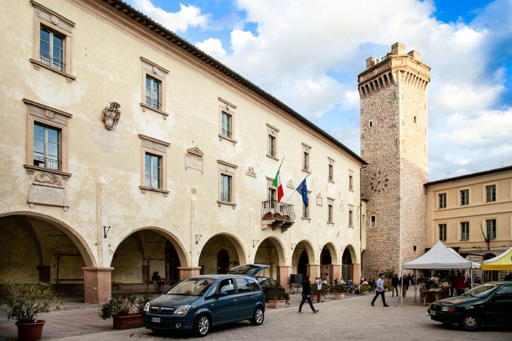 Portici del Palazzo Comunale e Torre Civica in piazza Mazzini a Trevi