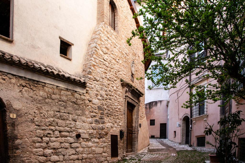 Resti della Rocca di Trevi inglobati nelle case