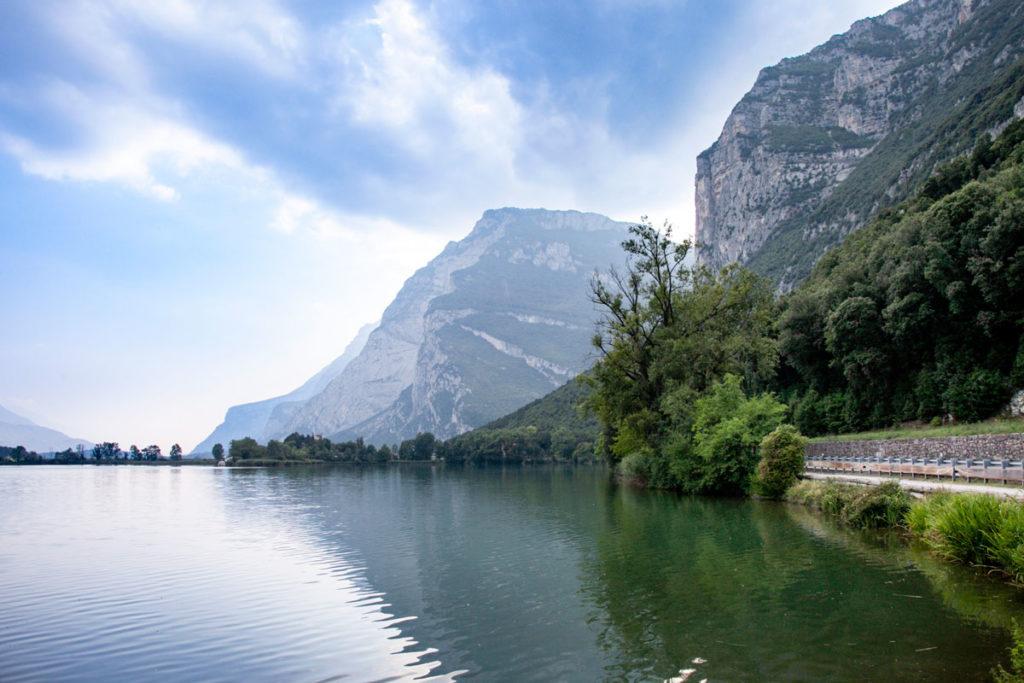 Riva e montagne sul lago di Toblino