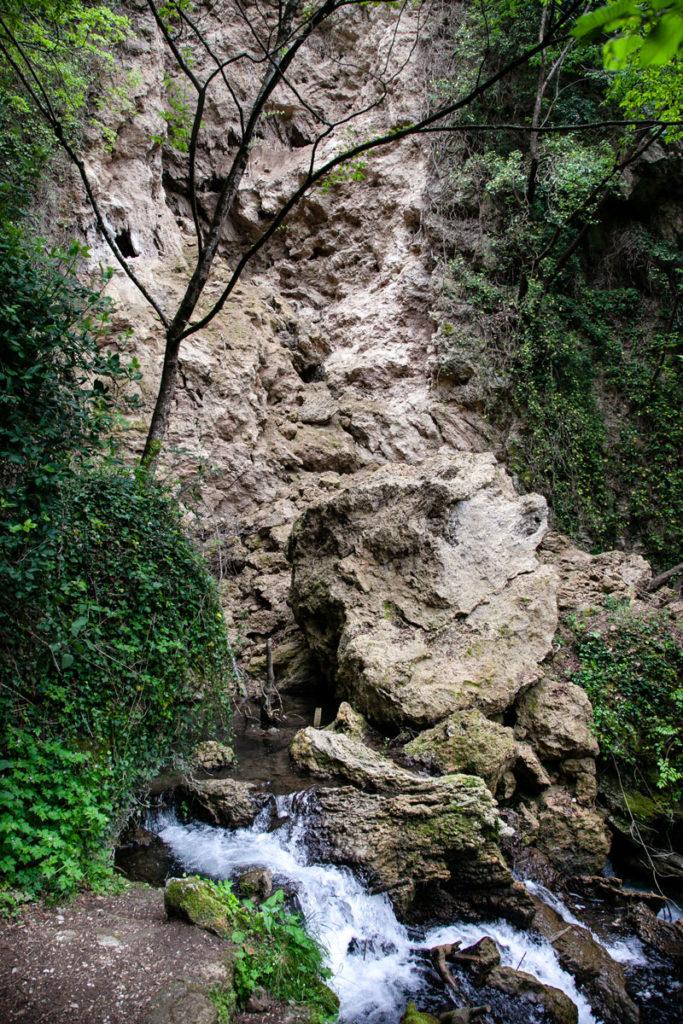 Rocce su cui passa il fiume Menotre - Umbria