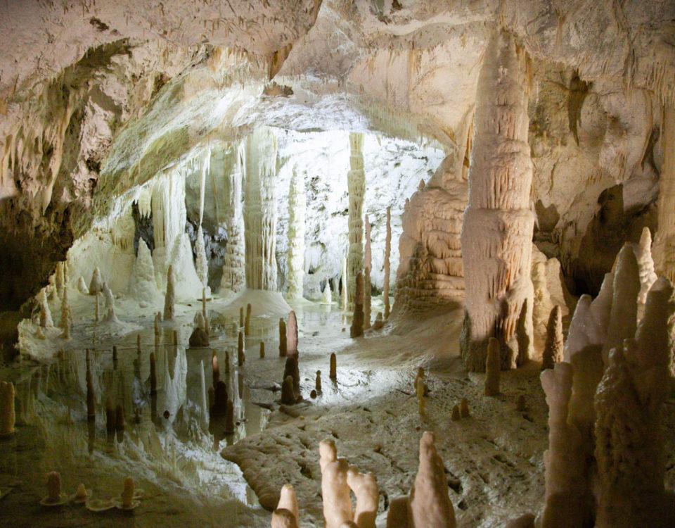 Sala delle Candaline - Laghetto dentro alle grotte di Frasassi