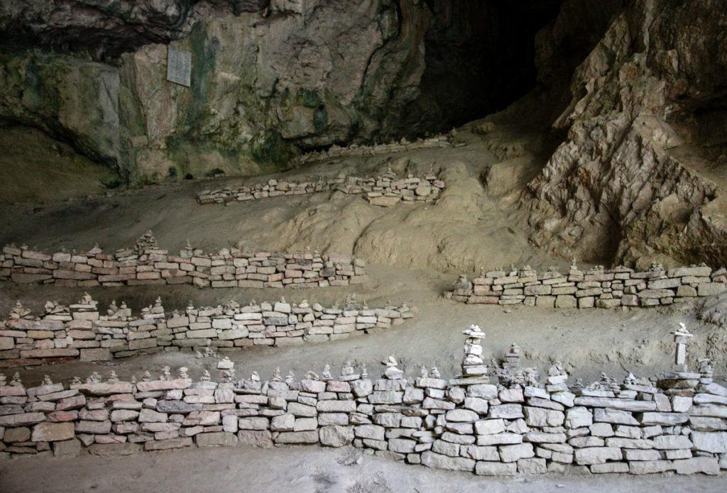 Sassi ammucchiati nelle grotte - Comune di Genga provincia di Ancona