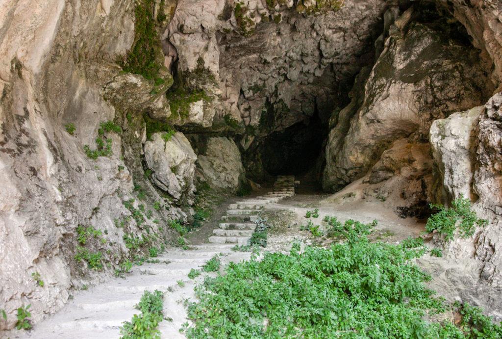 Scalinata di ingresso dentro alla grotta adiacente all'Eremo