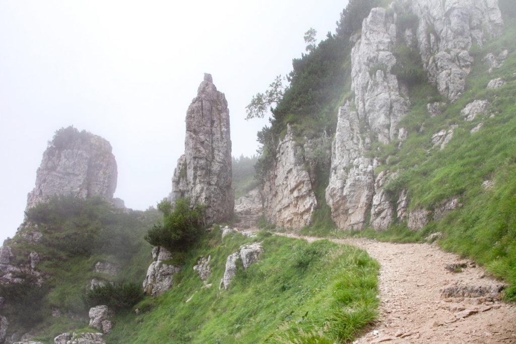 Sentiero tra le rocce - Trekking in Veneto