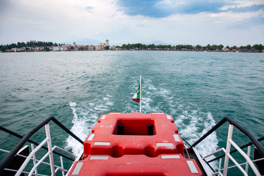 Sirmione visto dal traghetto sul lago di Garda - Navigazione sul Basso Garda