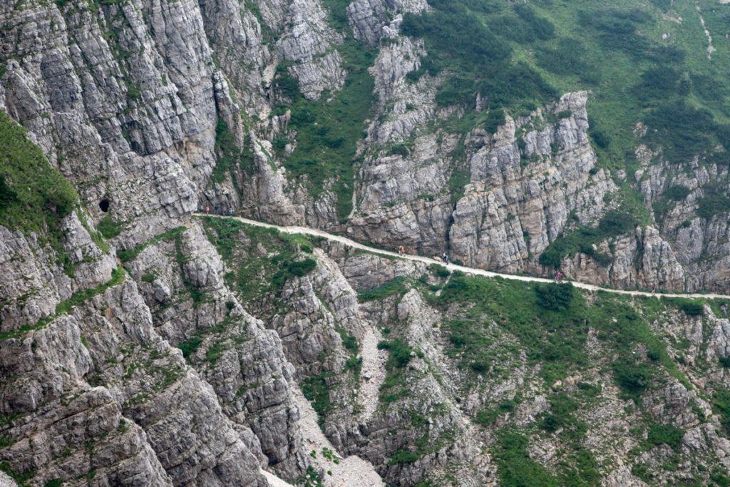 Strada scavata lungo la roccia del crinale della montagna
