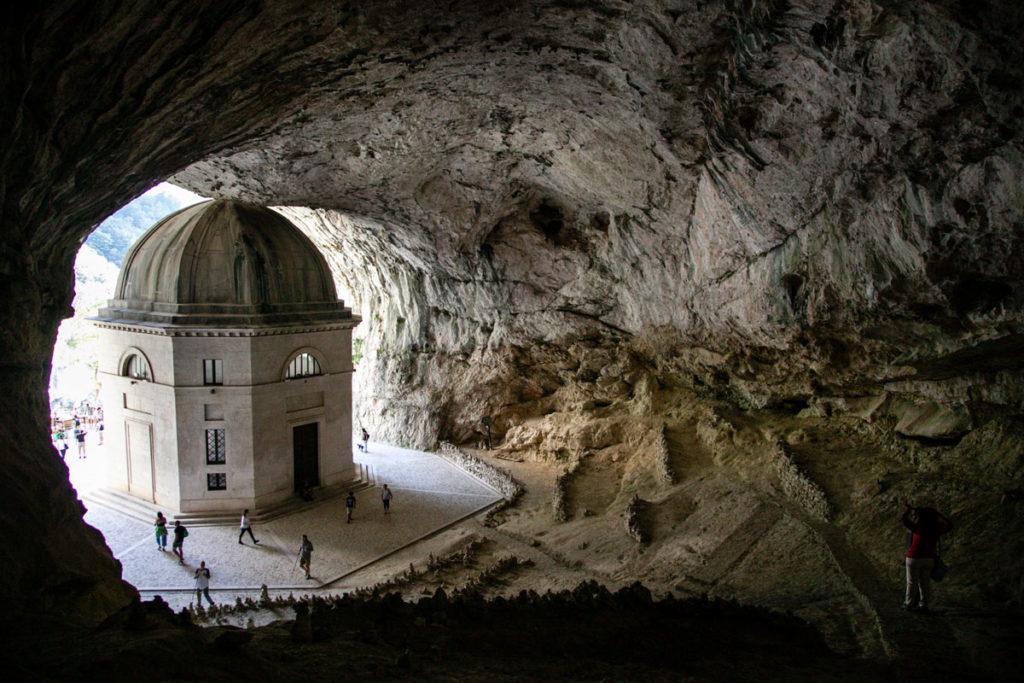 Tempio di Valadier visto da dentro la caverna