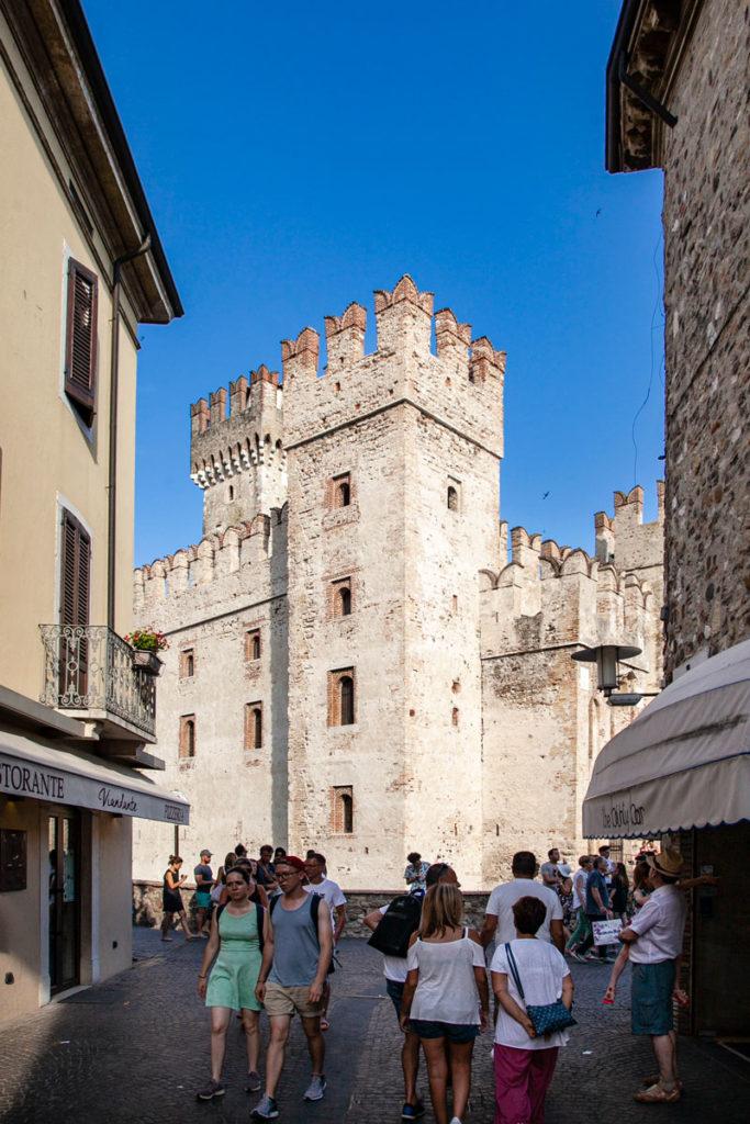 Torre e Mastio del Castello Scaligero visto tra i vicoli di Sirmione