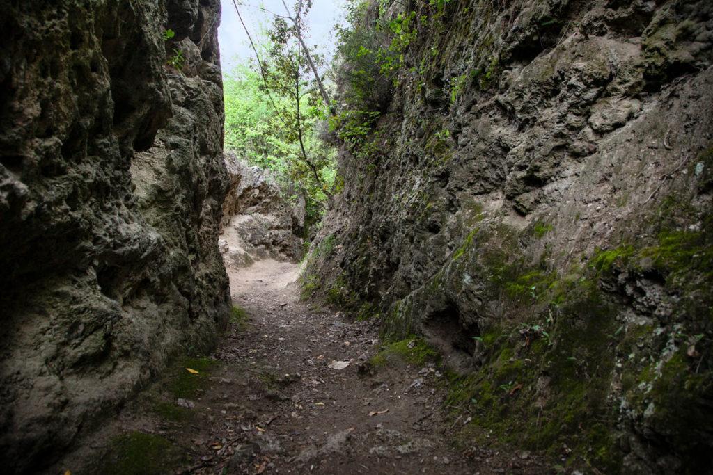 Tra la roccia nella escursione delle cascate del Menotre