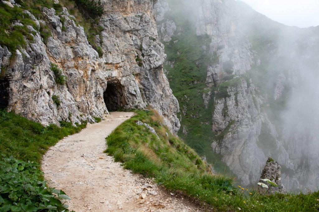 Trekking sul crinale della montagna e tra le 52 gallerie