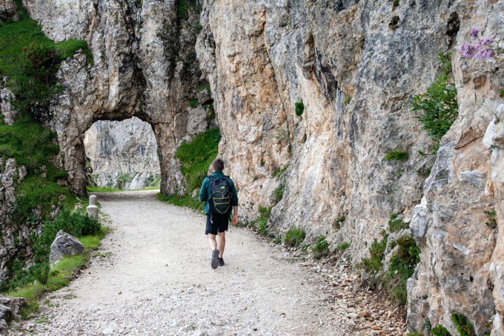 Trekking sulla Strada degli Scarubbi - Porta Aperta nella Roccia