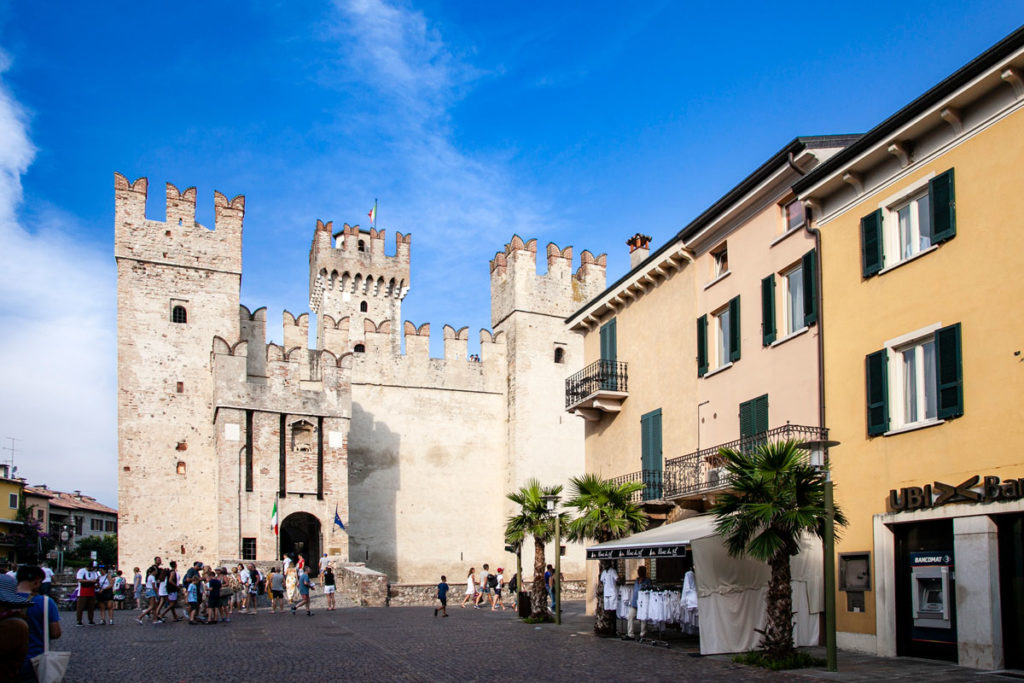 Veduta del castello scaligero da piazza castello