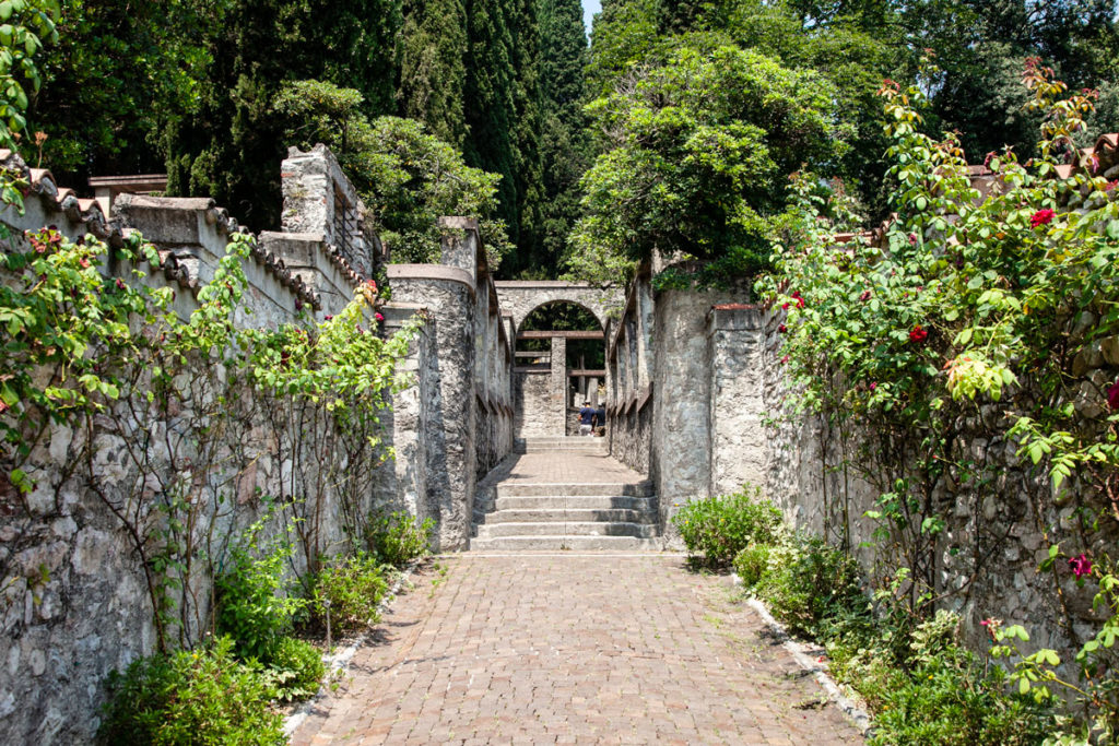 Via degli Aligi - Ingresso al parco del Vittoriale degli Italiani