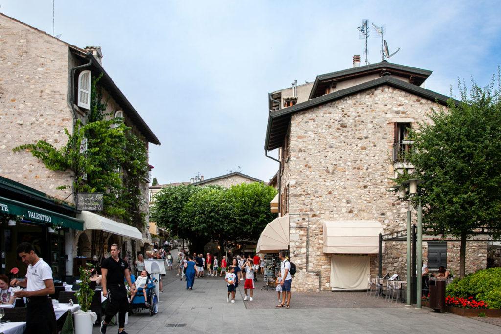 Vicoli del centro storico di Sirmione e piazzette