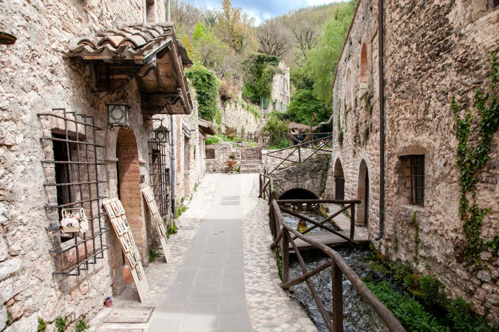 Vicoli di Rasiglia con case in pietra e acqua