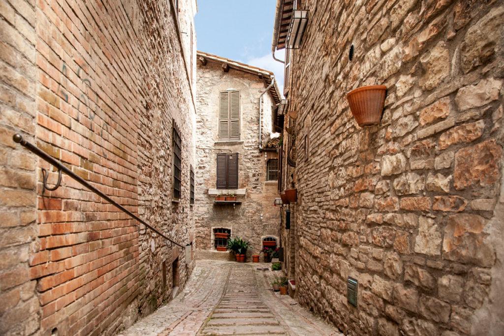 Vicoli di pietra nel borgo di Spello