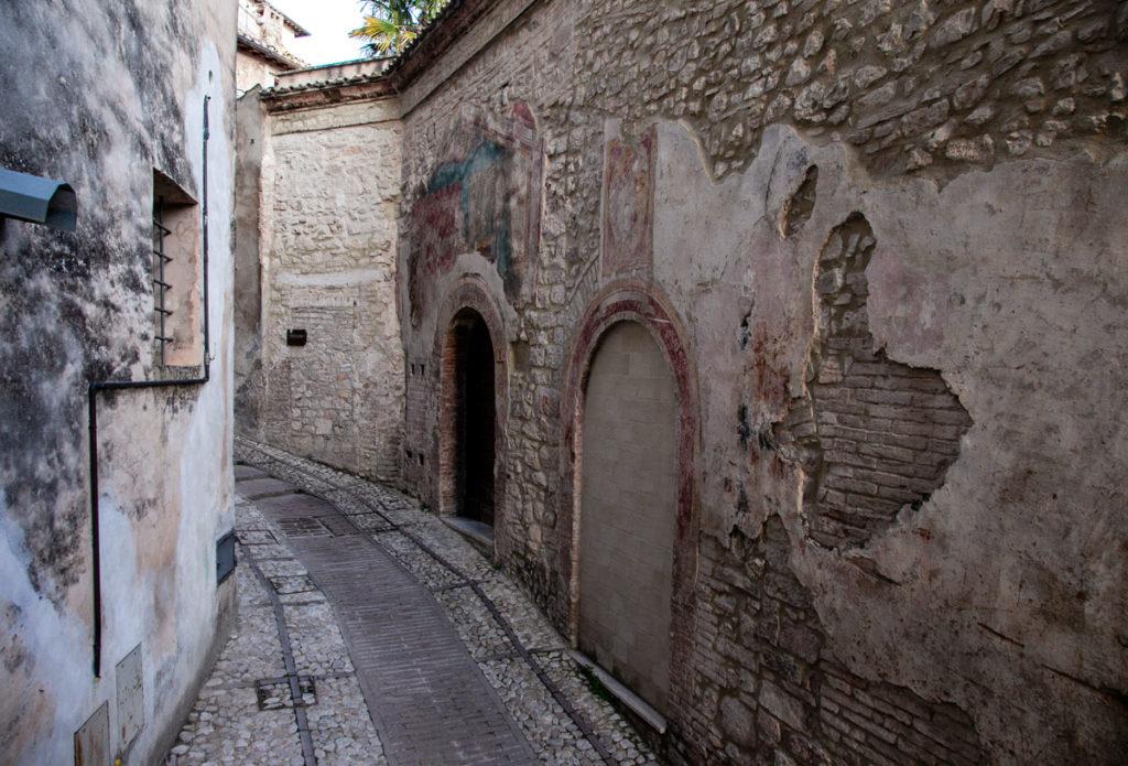 Vicolo di Trevi con Affreschi - Ex Chiesa di San Bartolomeo
