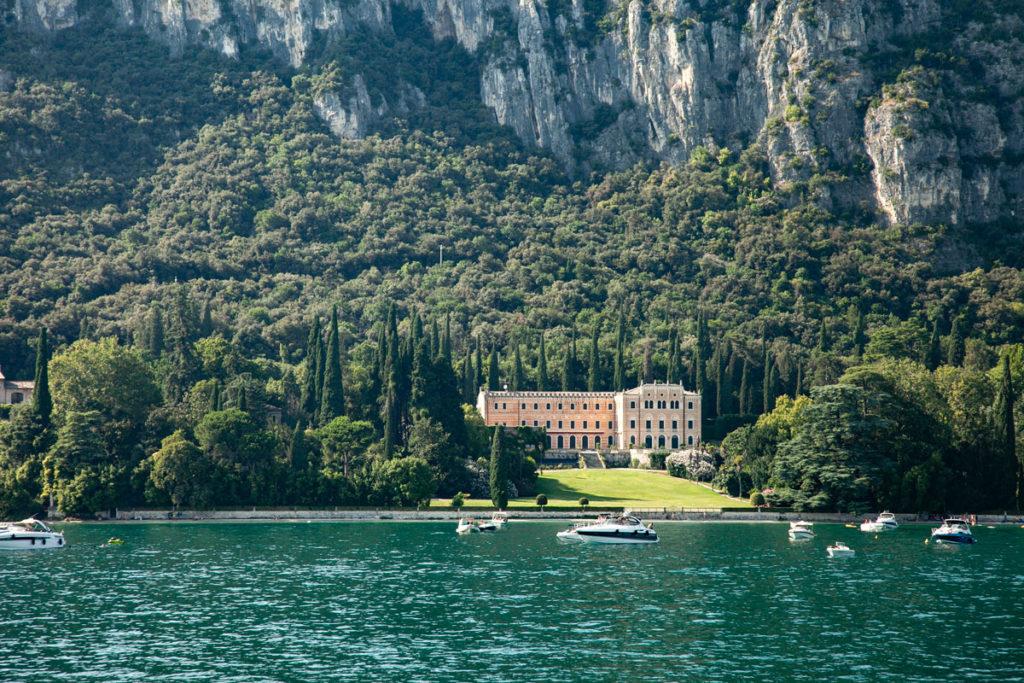 Villa Canossa nella passeggiata tra Garda e Punta San Vigilio